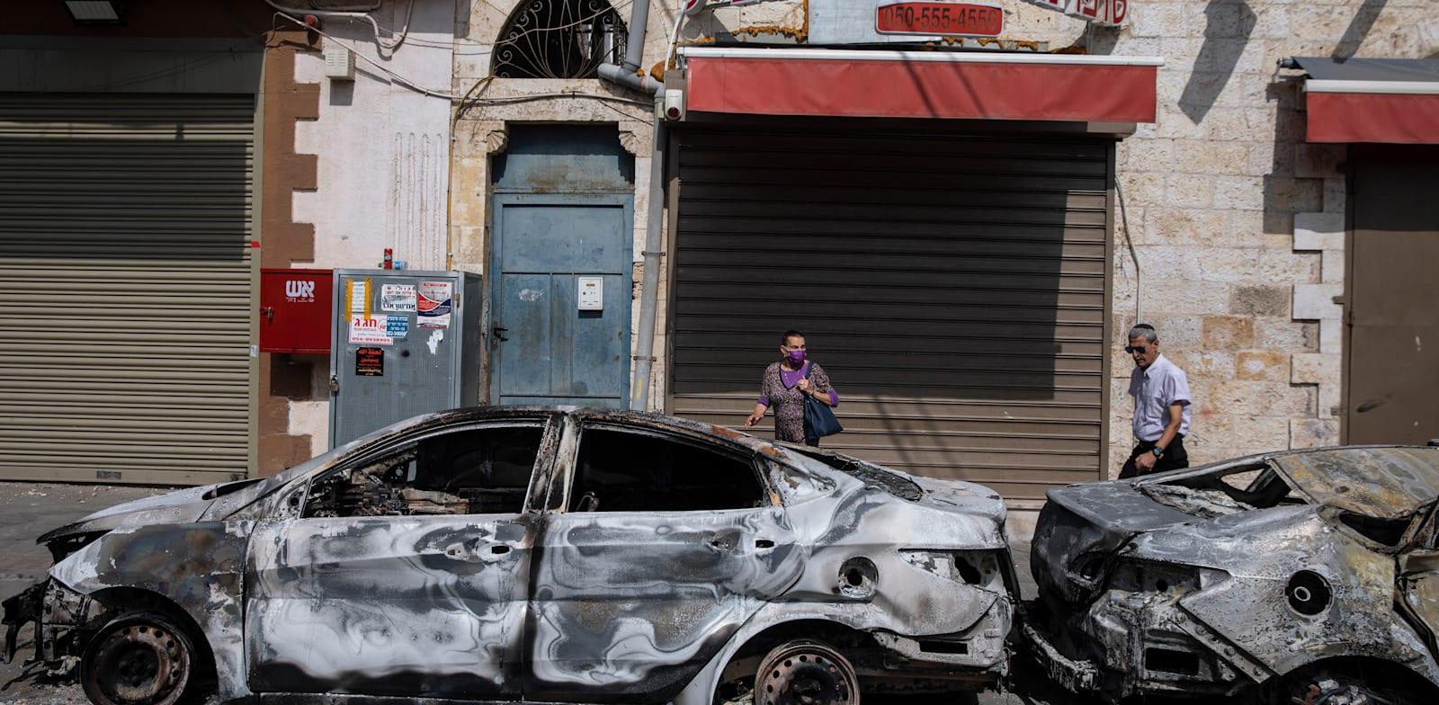מכוניות שרופות בלוד, ביום ד' בבוקר / צילום: Associated Press, Heidi Levine