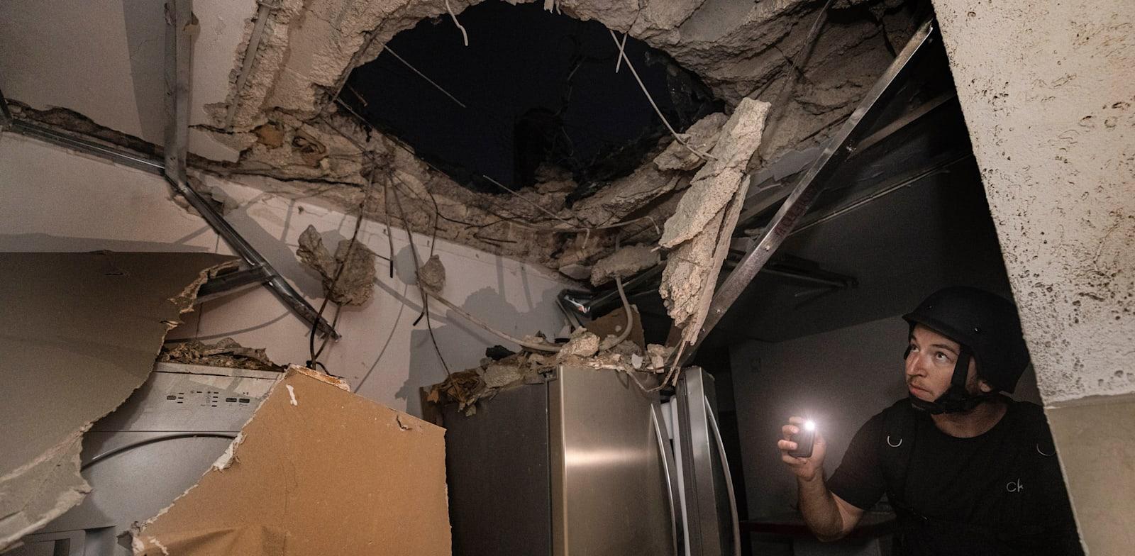 בית שספג פגיעה ישירה באשקלון / צילום: Associated Press, Tsafrir Abayov