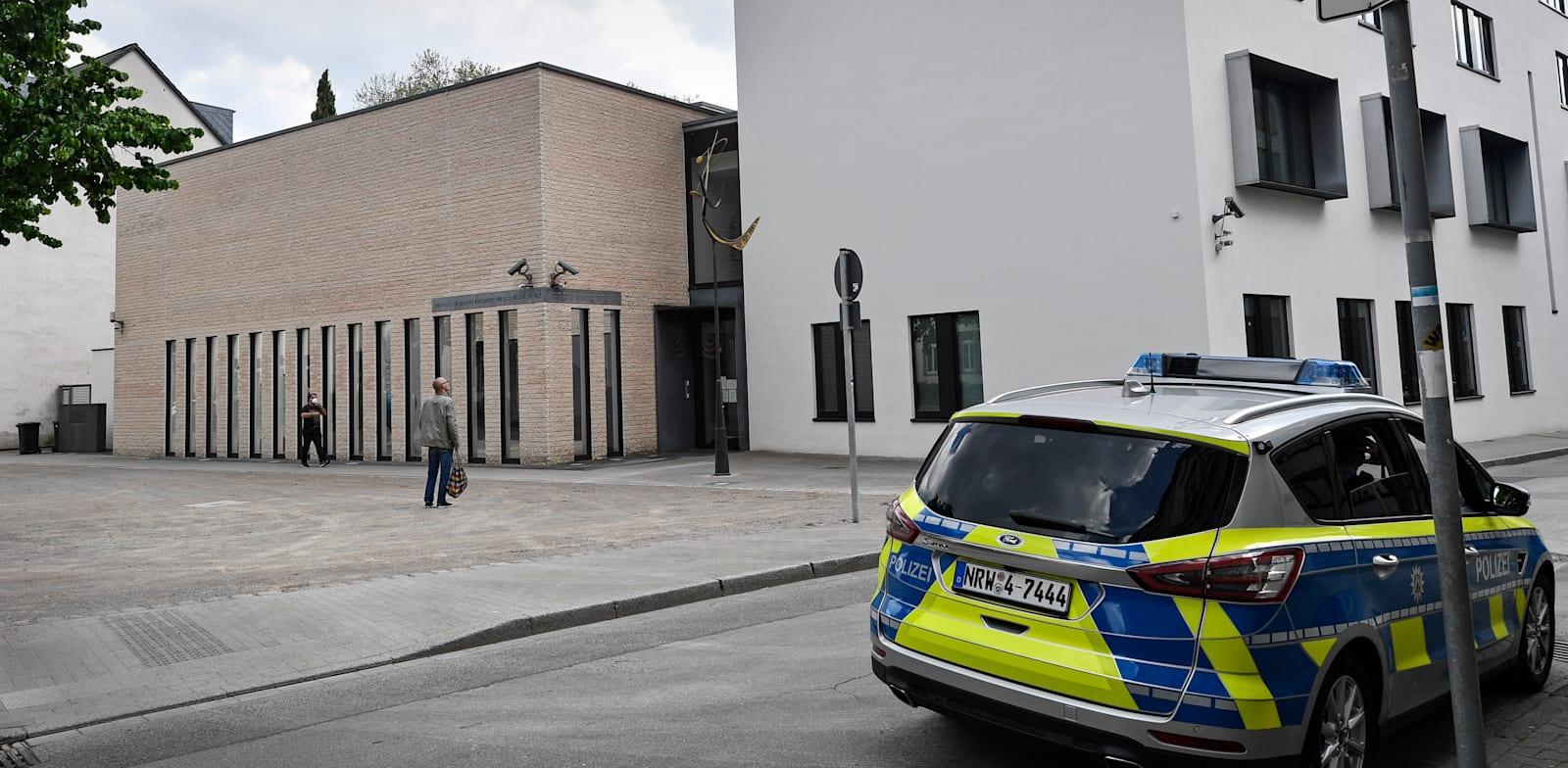 ניידת משטרה מול בית הכנסת בעיר גלזנקירשן, היום / צילום: Associated Press, Martin Meissner