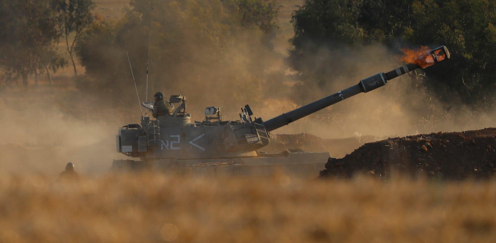 """תותח של צה""""ל יורה לעבר עזה / צילום: Associated Press, Ariel Schalit"""