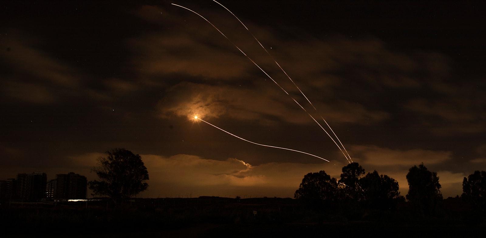 כיפת ברזל מיירטת רקטות שנורו מרצועת עזה לעבר ישראל / צילום: Reuters