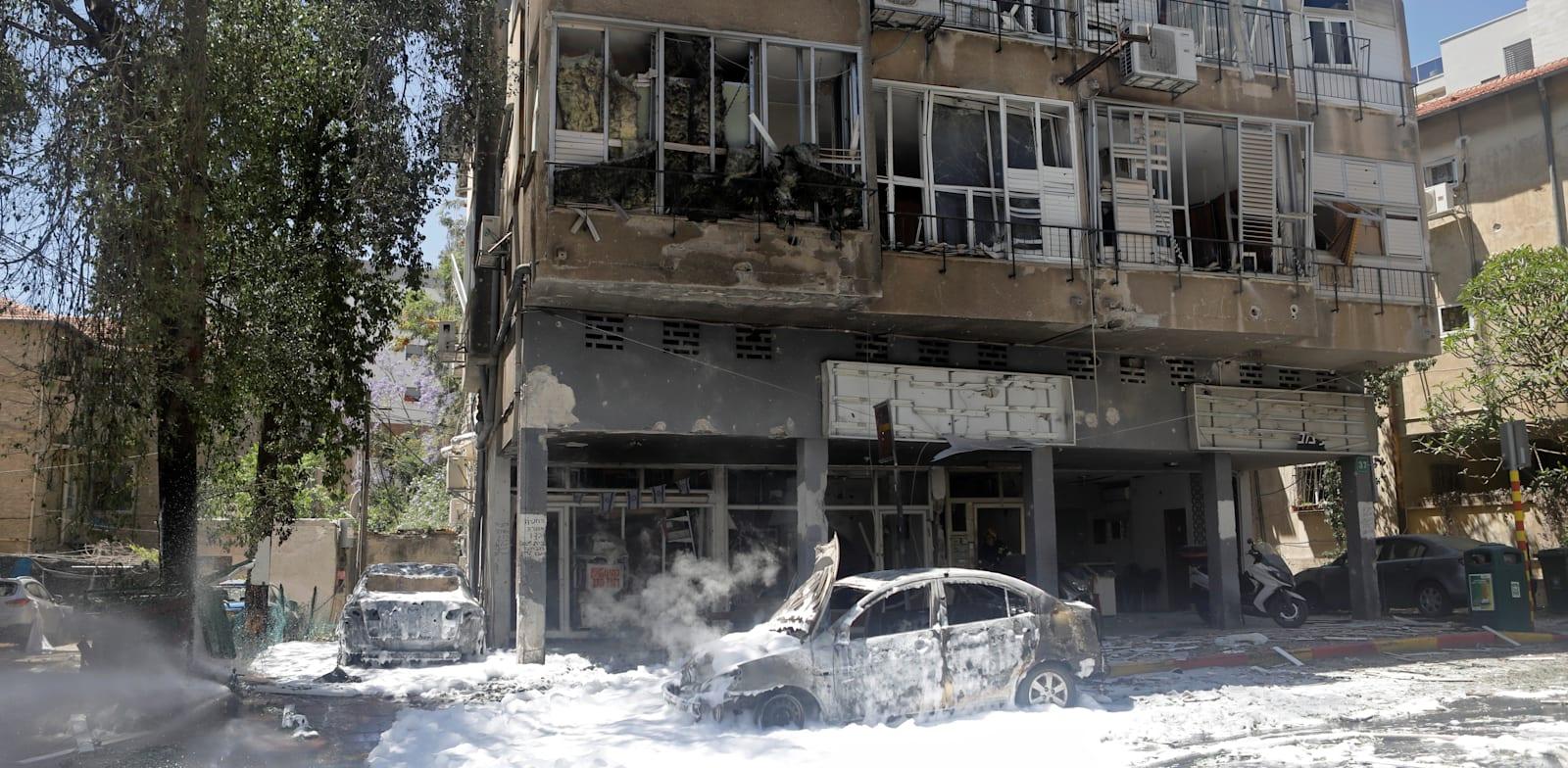 בניין ברמת גן שנפגע מהדף של רקטה שנפלה ברחוב / צילום: Reuters, Nir Elias