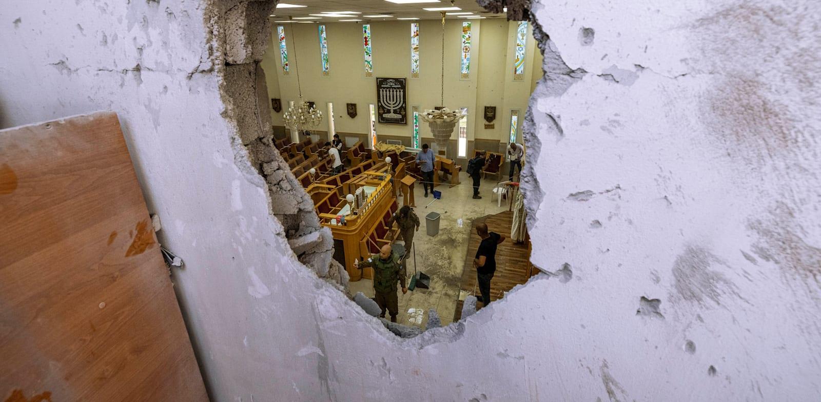 בית כנסת באשקלון שנפגע מרקטה בצהריים / צילום: Associated Press, Tsafrir Abayov