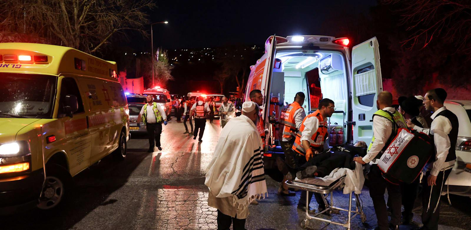 חילוץ הפצועים מבית הכנסת בגבעת זאב / צילום: Reuters, RONEN ZVULUN