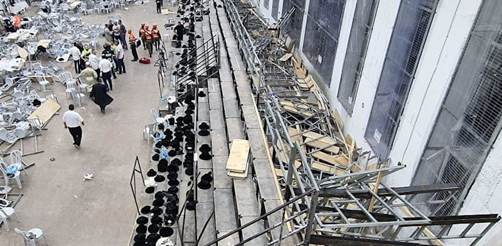 """קריסת הטריבונה בבית הכנסת בגבעת זאב / צילום: דובר זק""""א"""