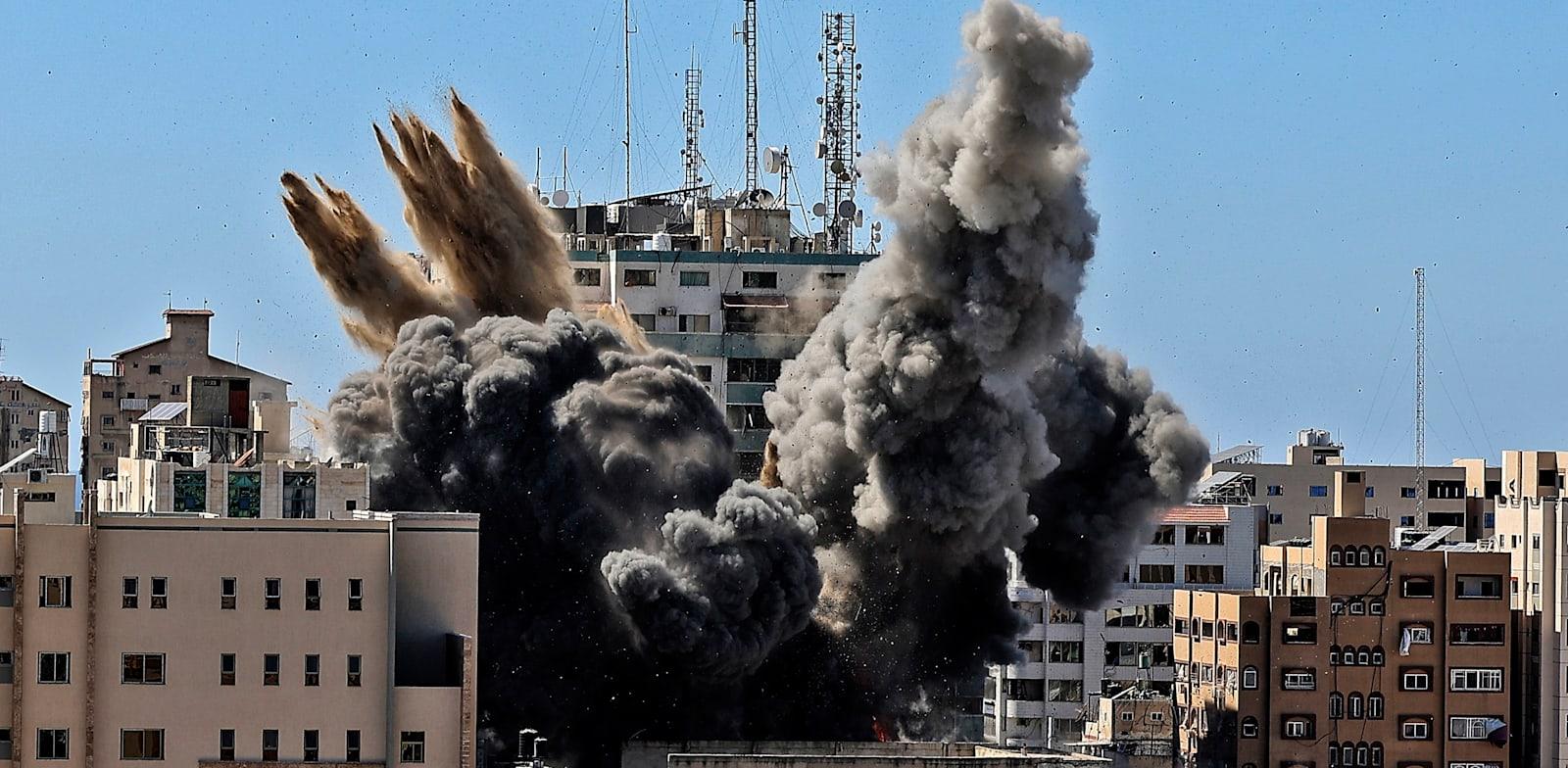 הפצצת מגדל התקשורת בעזה. חמאס לא אהוד באמירויות / צילום: Associated Press, Mahmud Hams