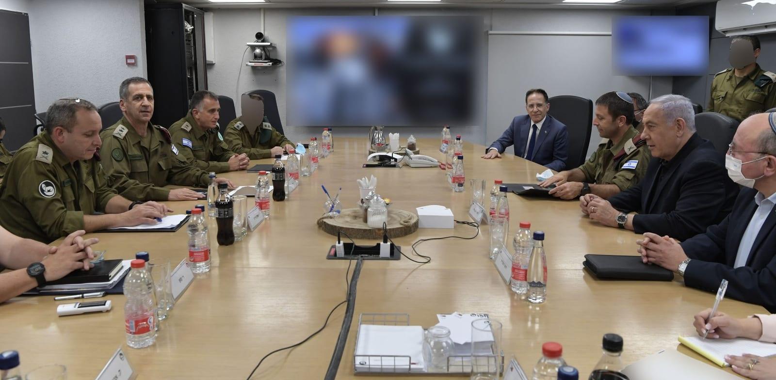 """בנימין נתניהו בהערכת מצב עם הרמטכ״ל ובכירי מערכת הביטחון בפיקוד הדרום / צילום: קובי גדעון-לע""""מ"""