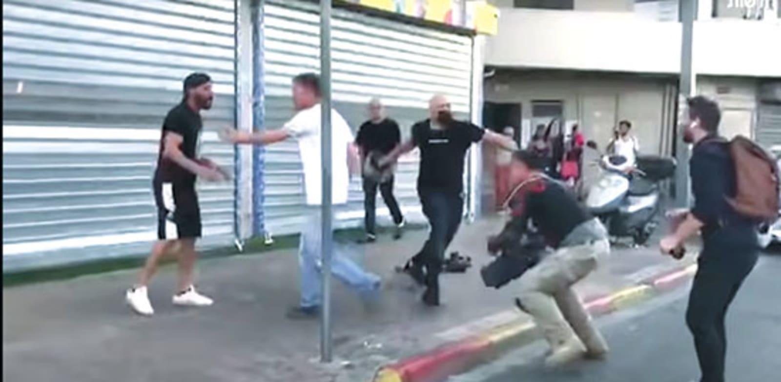 תקיפת צוות תאגיד השידור בדרום תל אביב. קשה להיות מופתעים / צילום: יוטיוב