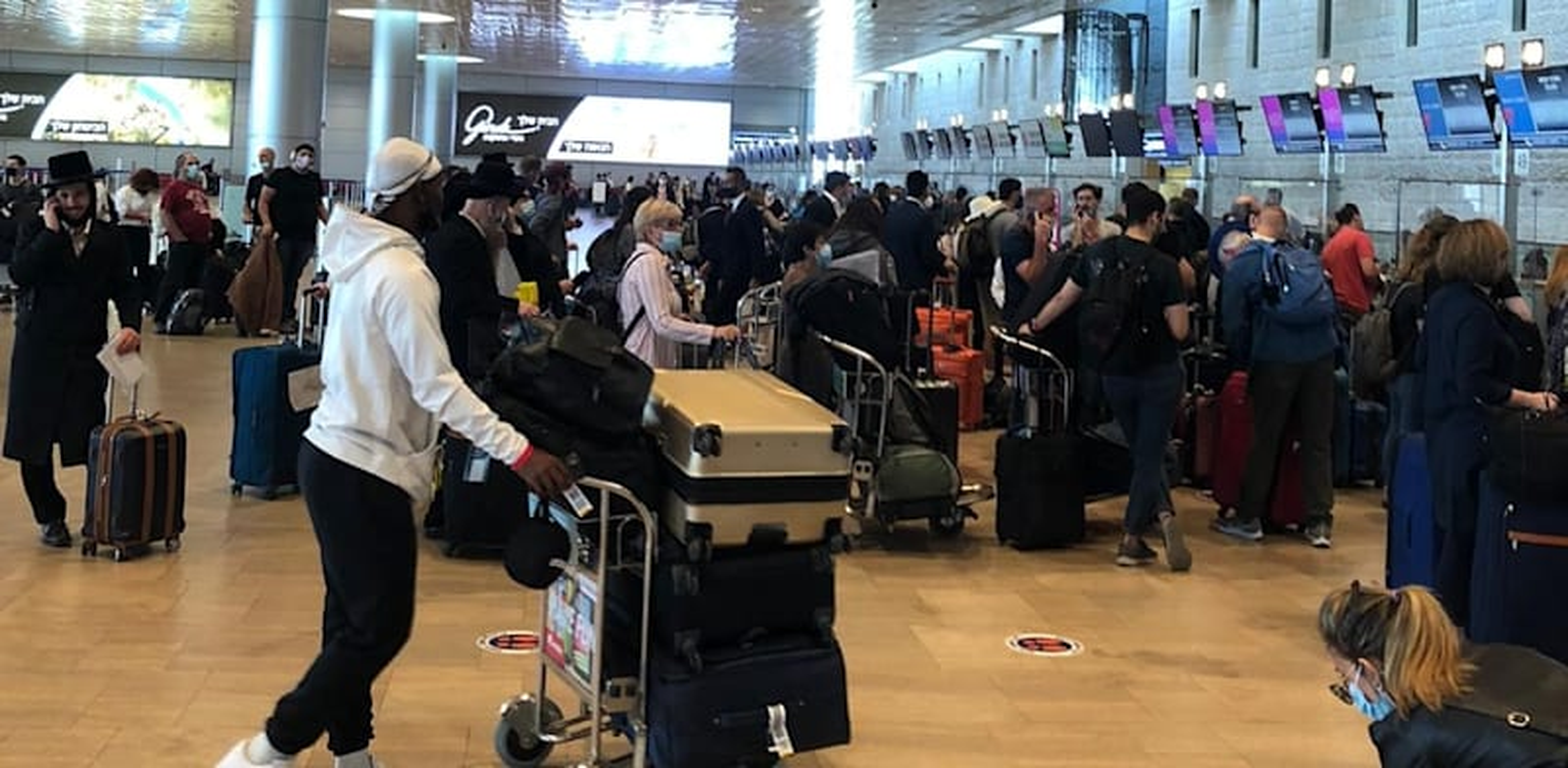 Passengers packed into Ben Gurion airport Photo: Michal Raz-Chaimovitz