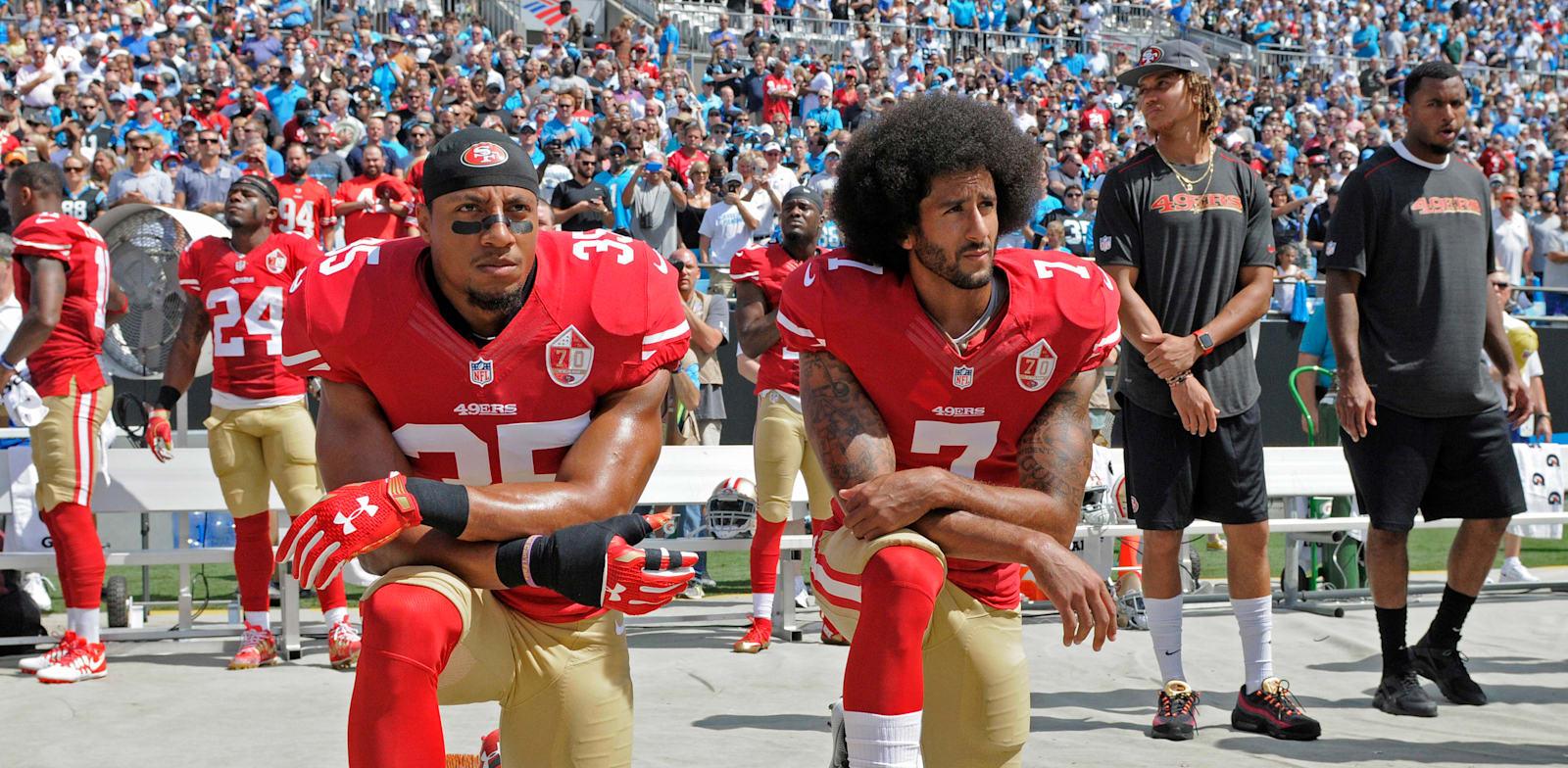 קולין קפרניק ואריק ריד כורעים ברך כאות מחאה / צילום: Associated Press, Mike McCarn