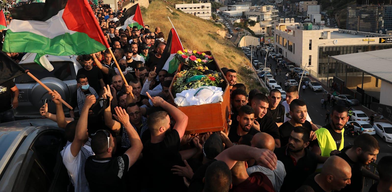 הלוויה באום אל פאחם של צעיר תושב העיר שנורה במהלך המהומות. שבוע שעבר / צילום: Associated Press, Mahmoud Illean