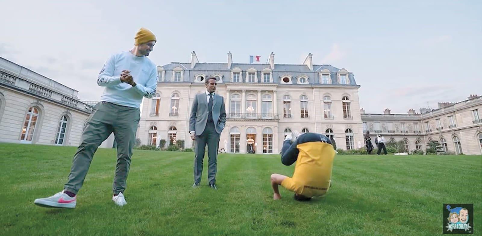 """הנשיא מקרון והיוטיוברים על מדשאות ארמון האליזה. המתנגדים מאשימים אותו ב""""שוחד"""" בחירות / צילום: יוטיוב"""