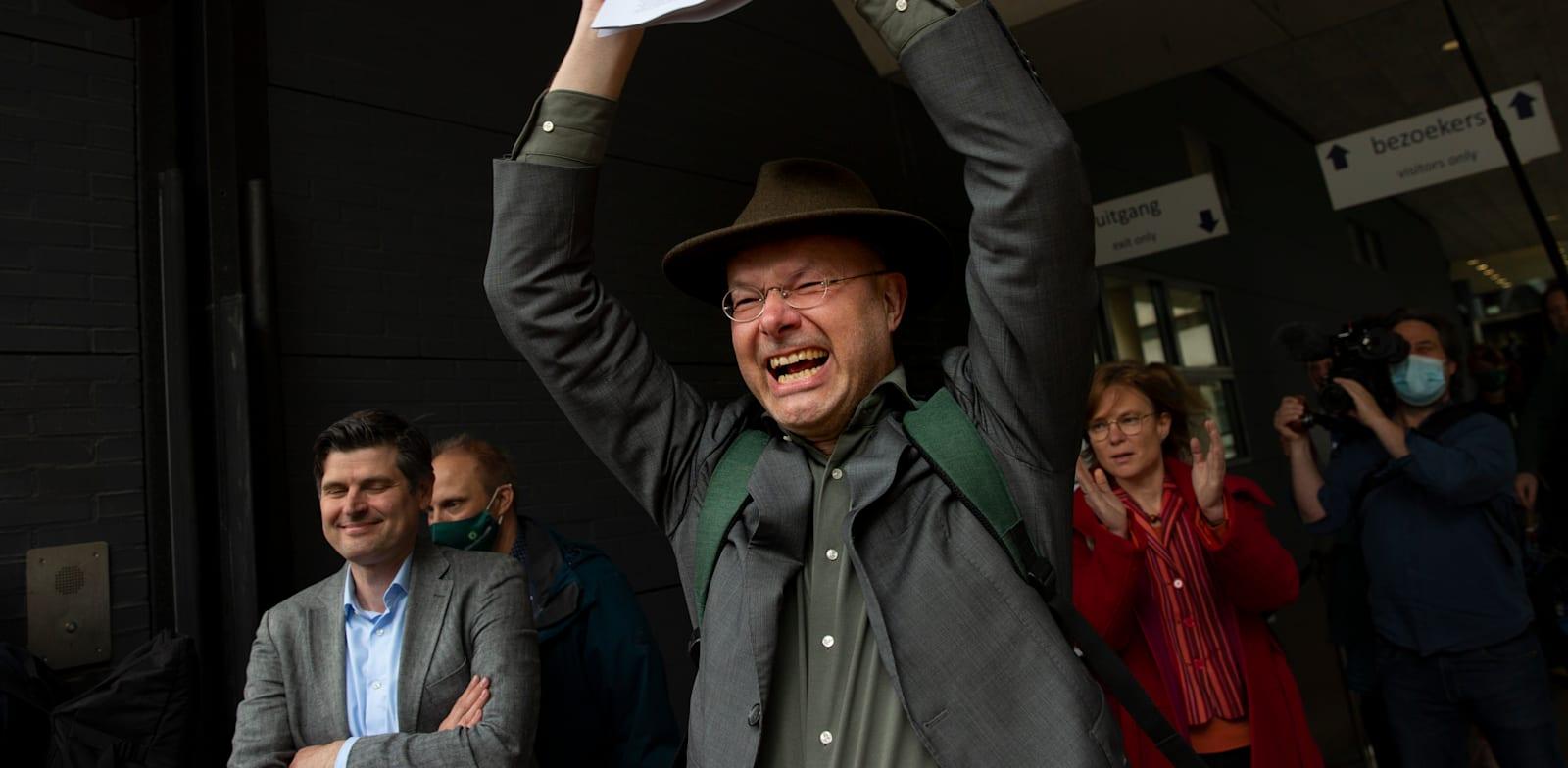 """העותרים לבית המשפט בהולנד נגד חברת """"של"""" חוגגים לאחר שבית המשפט הכריע לטובתם"""