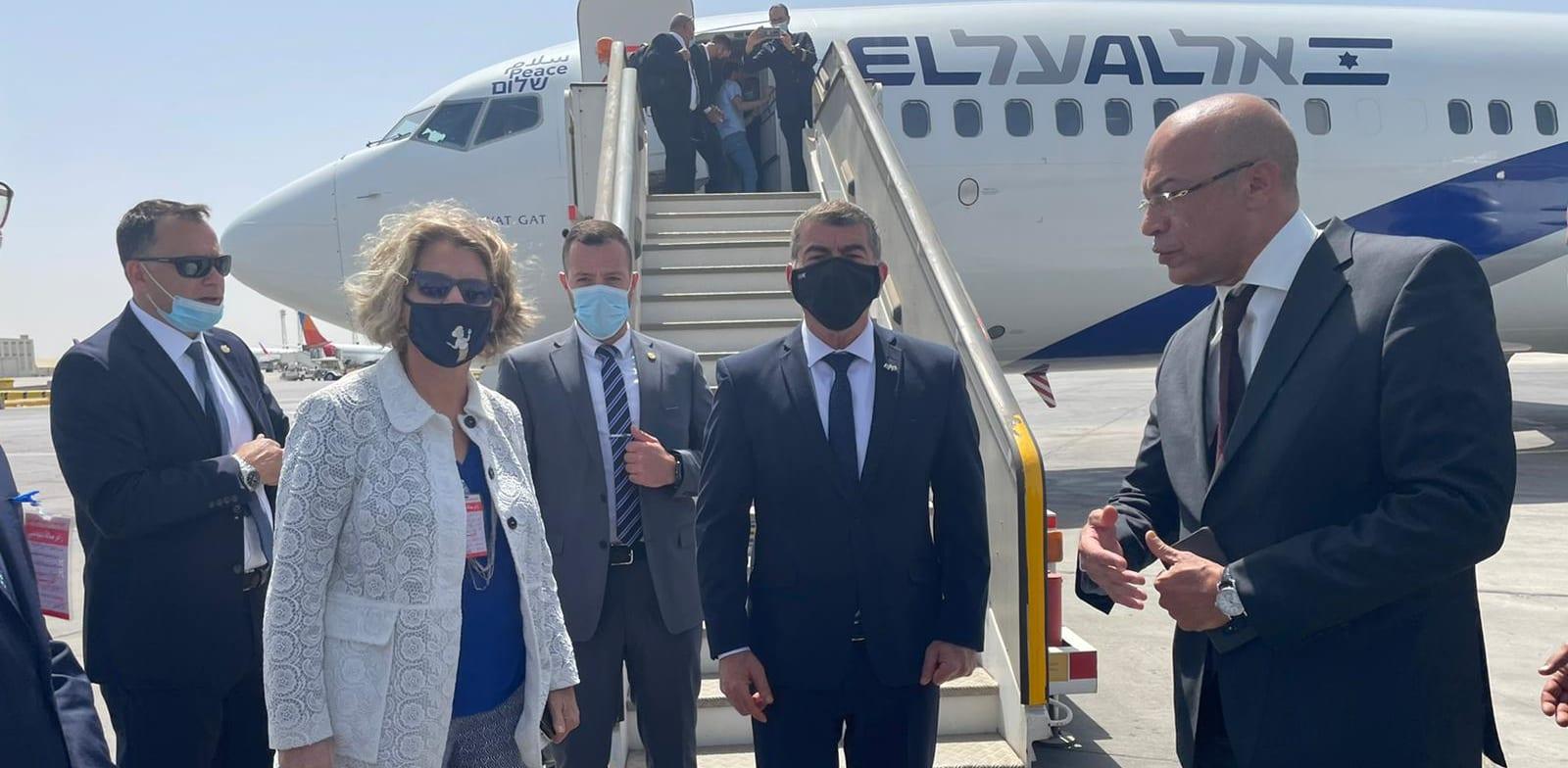 שר החוץ גבי אשכנזי והשגרירה במצרים אמירה אורון בנמל התעופה בקהיר / צילום: משרד החוץ
