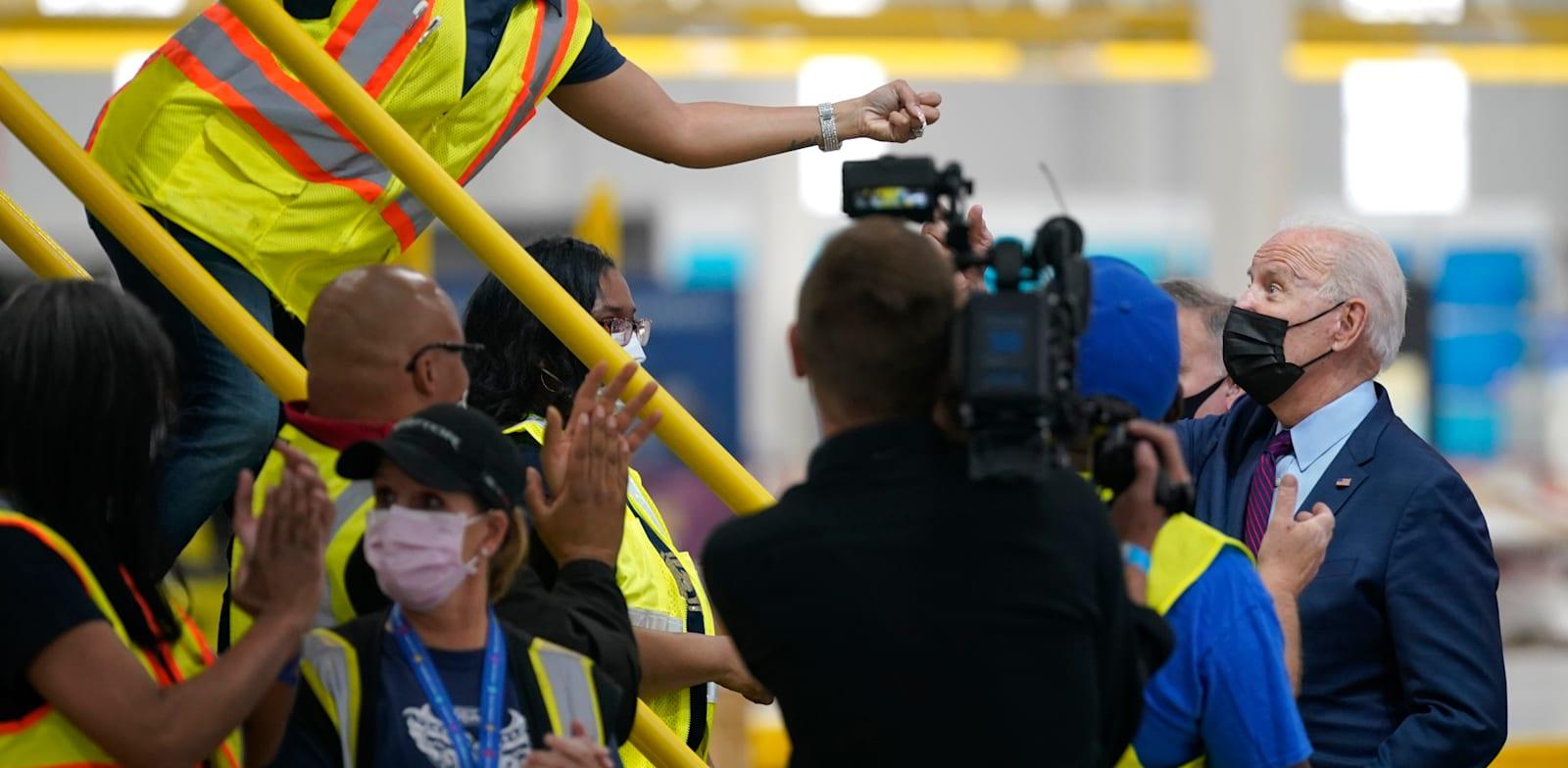 הנשיא ביידן בביקור במפעל של פורד במישיגן, החודש / צילום: Associated Press, Evan Vucci
