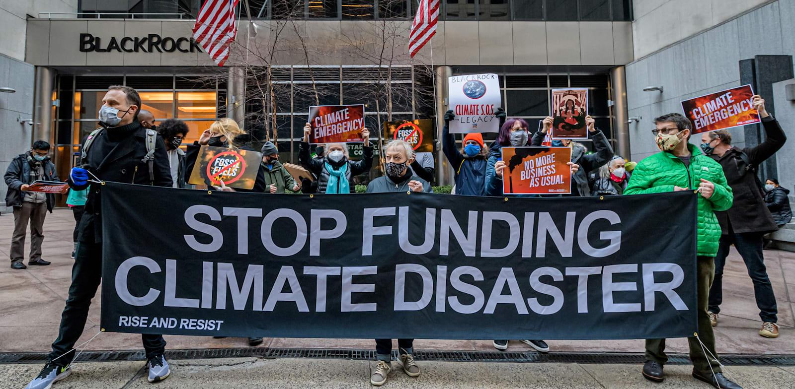 """הפגנה במנהטן. """"הפסיקו לממן את אסון האקלים"""" / צילום: Reuters, Erik McGregor"""