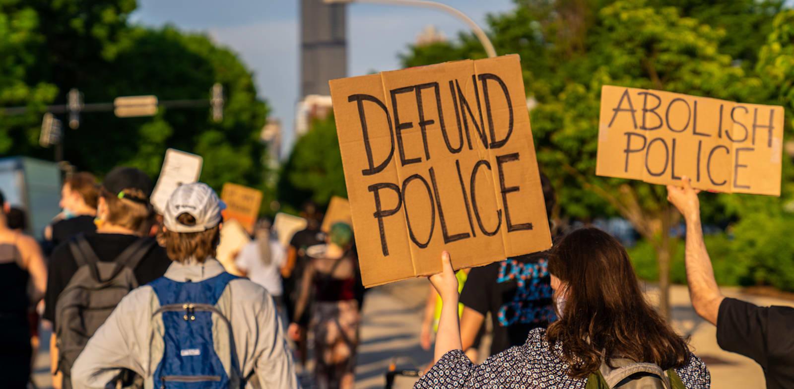 מפגינים בשיקגו קוראים לצמצום תקציבי המשטרה. צעד שנוי במחלוקת / צילום: Shutterstock, Untitled Title