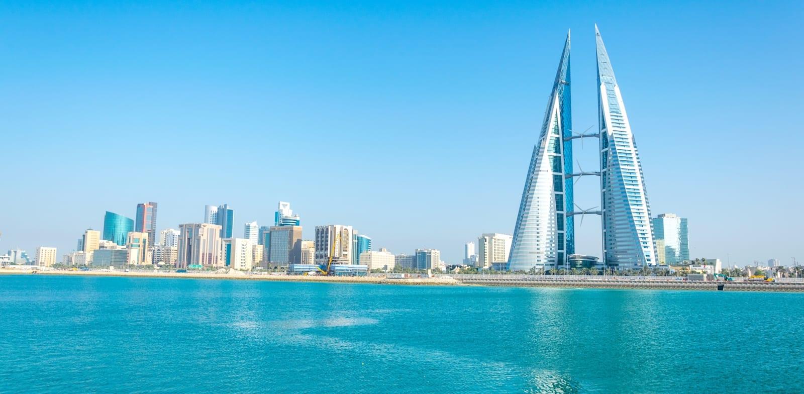 קו החוף של מנאמה. הבניין הבולט ביותר הוא מרכז הסחר העולמי של בחריין / צילום: Shutterstock, trabantos