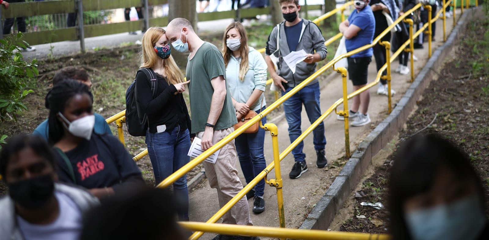 תורים לחיסון נגד קורונה בבריטניה / צילום: Reuters, HENRY NICHOLLS