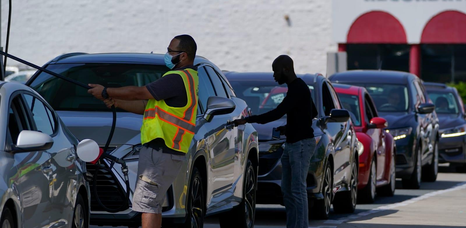 מכוניות בתור לתדלוק לאחר שהמחירים החלו לזנק לאחר מתקפת הסייבר, מאי / צילום: Associated Press, Chris Carlson
