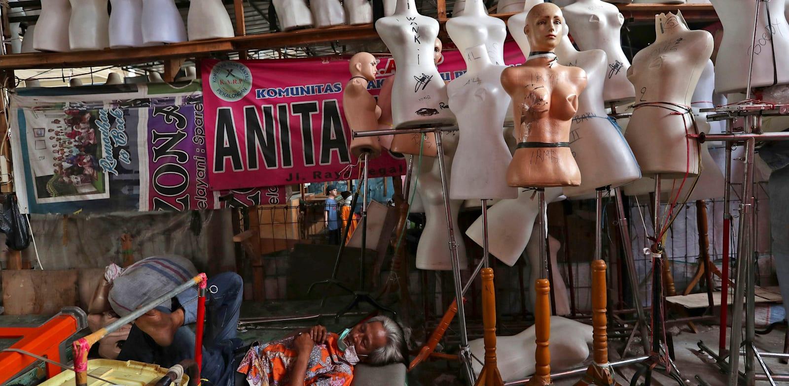 חנות של חייט שנסגרה בבירת אינדונזיה, ג'קארטה, מאי / צילום: AP, Tatan Syuflana