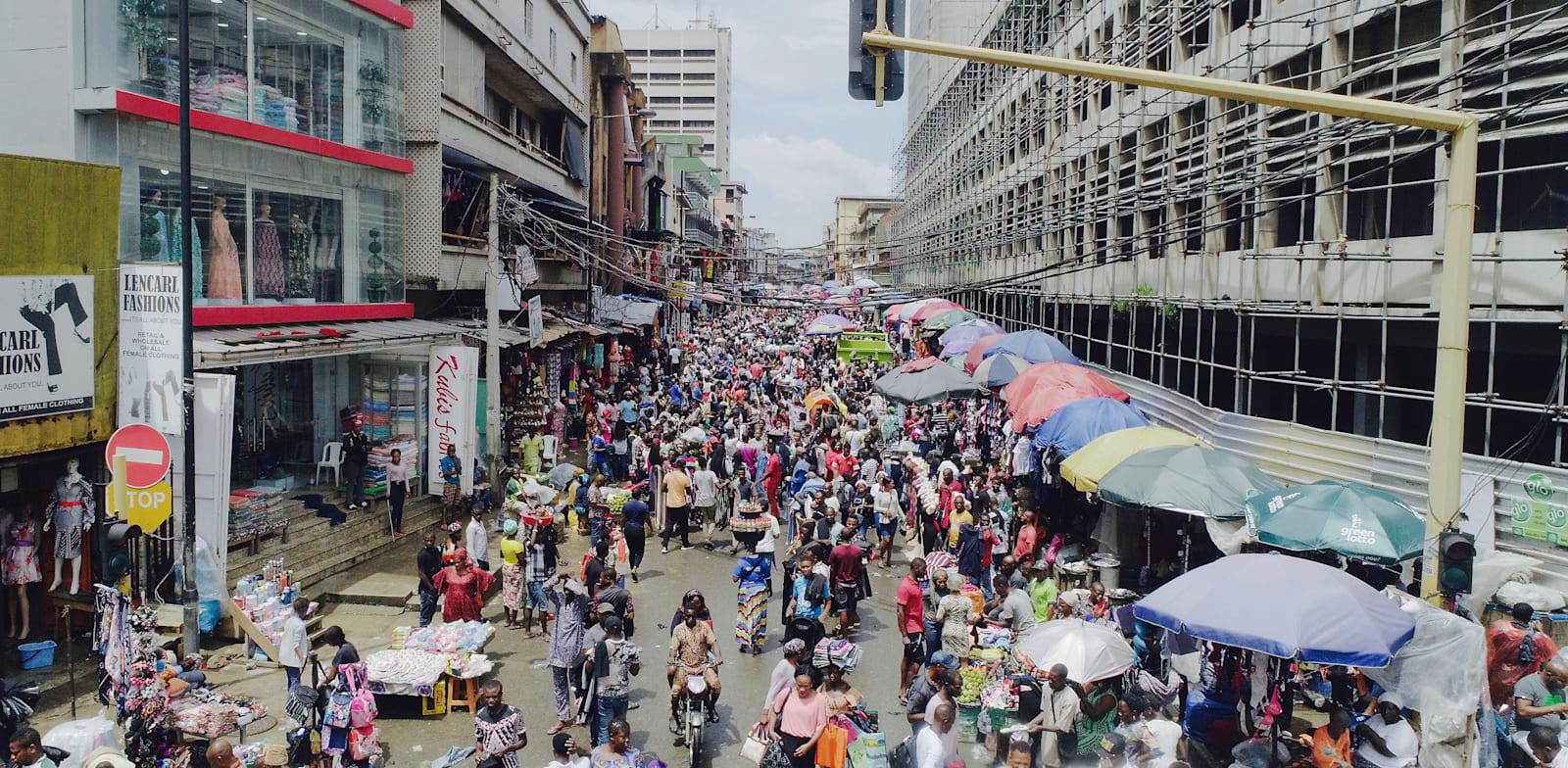 אינפלציה ורמות חוב גבוהות מאיימות על מדינות מתפתחות רבות. שוק בלגוס, ניגריה / צילום: Shutterstock, yemiboww