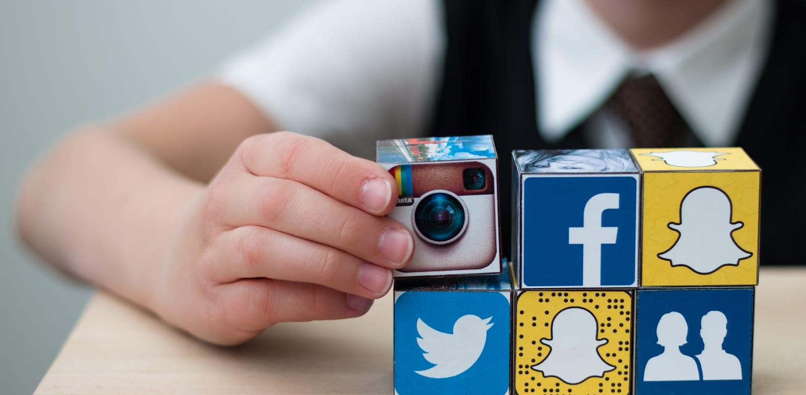 בני הנוער מקבלים את החדשות מהרשתות החברתיות שלהם / צילום: Shutterstock, AlesiaKan