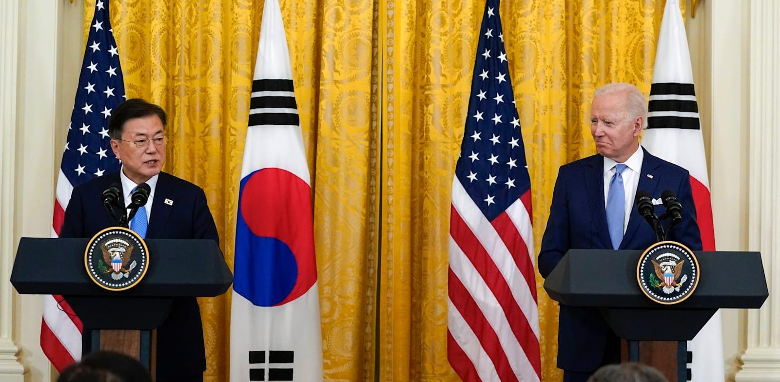 """נשיא דרום קוריאה מון ג'יאה-אין ונשיא ארה""""ב ג'ו ביידן בבית הלבן בחודש שעבר / צילום: Associated Press, Alex Brandon"""