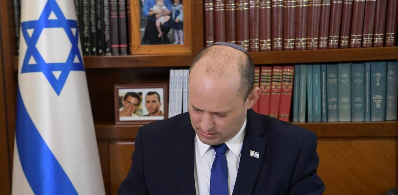 """ראש הממשלה נפתלי בנט בלשכתו / צילום: עמוס בן גרשום/לע""""מ"""