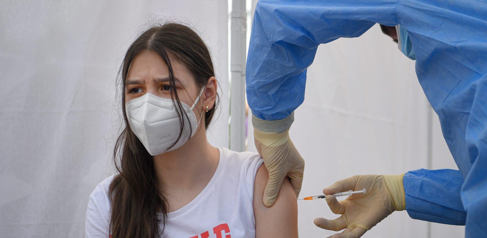 בני נוער מתחסנים / צילום: Associated Press, Andreea Alexandru