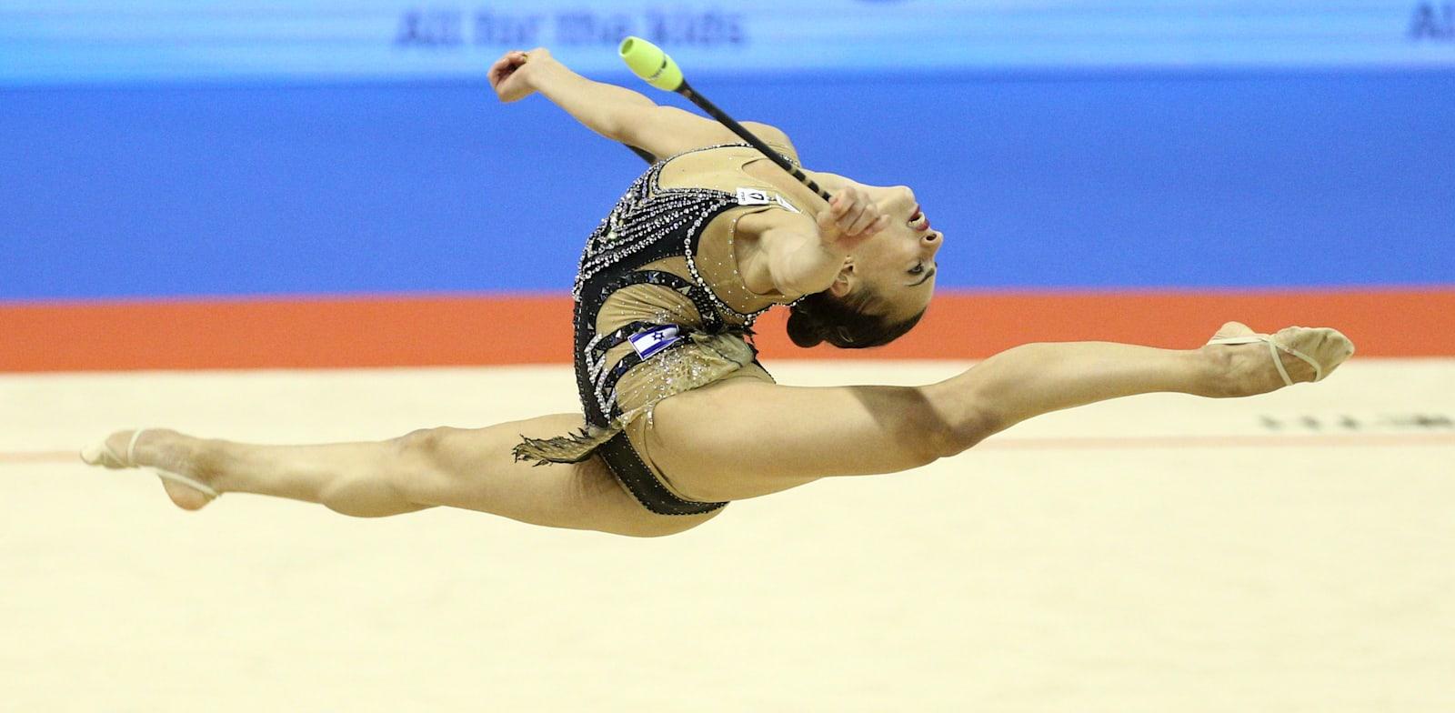 לינוי אשראם באליפות העולם בהתעמלות אמנותית בבולגריה / צילום: Reuters, SPASIYANA SERGIEVA