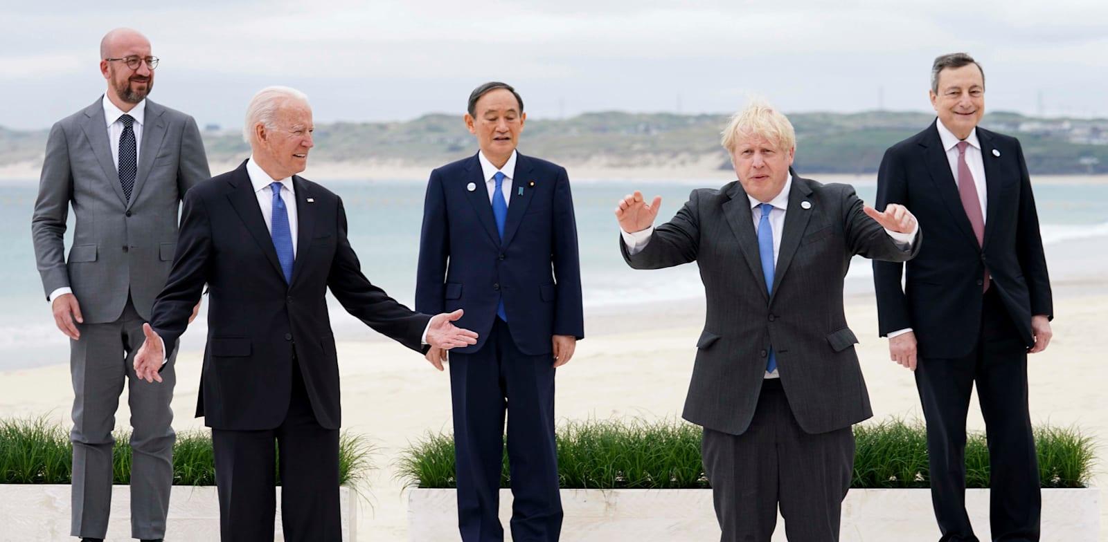 עם ראש ממשלת בריטניה, בוריס ג'ונסון, שלישי / צילום: Associated Press