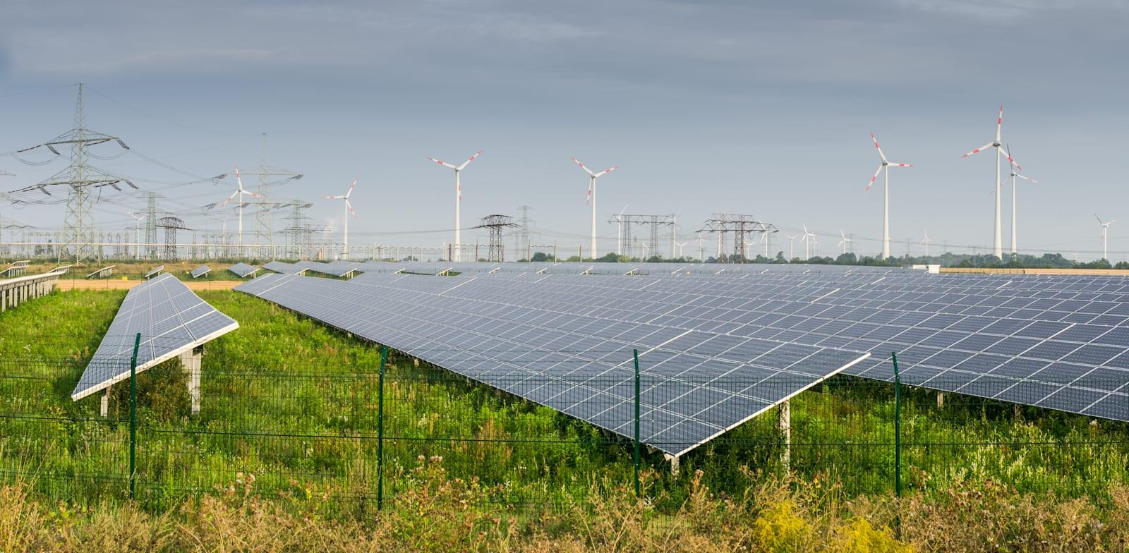 פאנלים סולארים בשדות סמוך לברלין / צילום: Shutterstock
