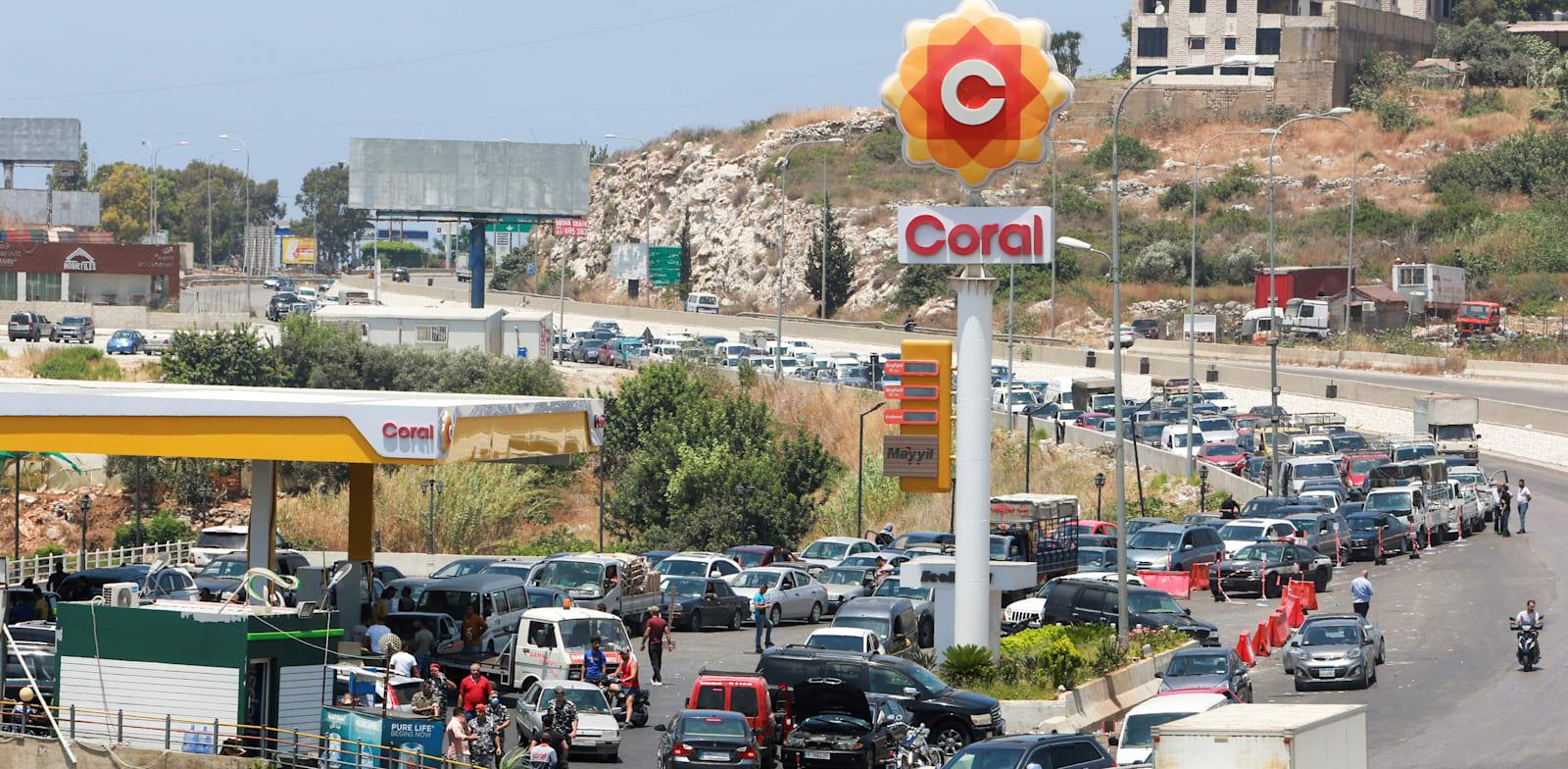 תור למילוי דלק בעיר דאמור בלבנון / צילום: Reuters