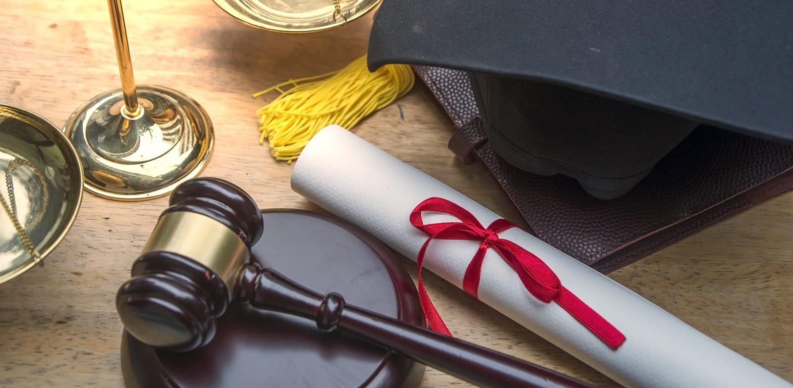 ועדת חשין צפויה להמליץ על הקדמת בחינת ההסמכה בעריכת דין לאחר סיום הלימודים האקדמאיים / צילום: Shutterstock, Supavadee butradee