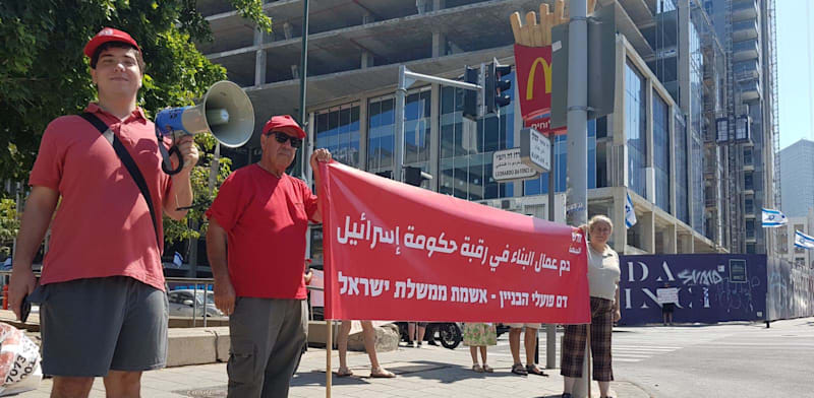 """הפגנה של תנועת חד""""ש במקום שבו נהרג לפני כשבועיים מוסעב אל-נג'די בתאונת עבודה / צילום: חד״ש תל אביב"""