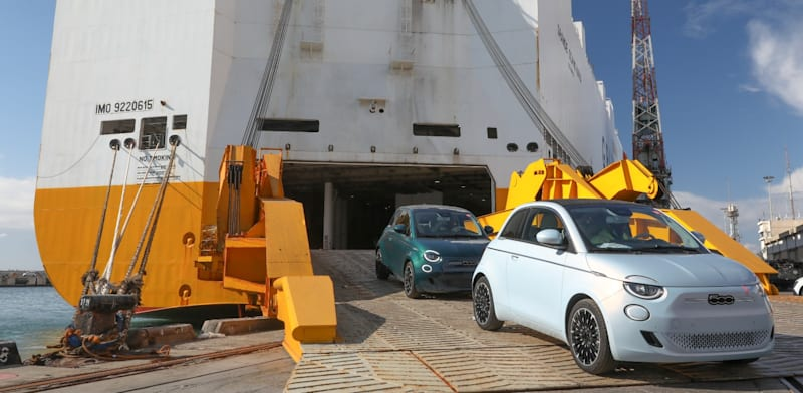 """רכבי """"פיאט"""" יוצאים מכבש הספינה בנמל אשדוד, השבוע / צילום: רונן טופלברג"""