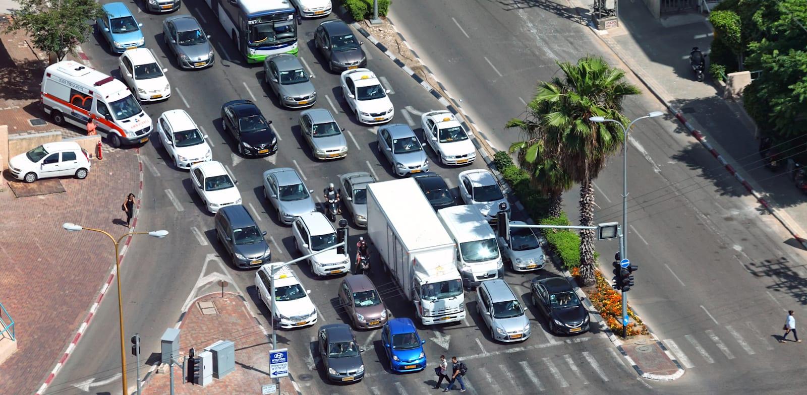 """פקק ברמזור בתל אביב. """"המתכנן קובע את הלוגיקה"""" / צילום: Shutterstock"""