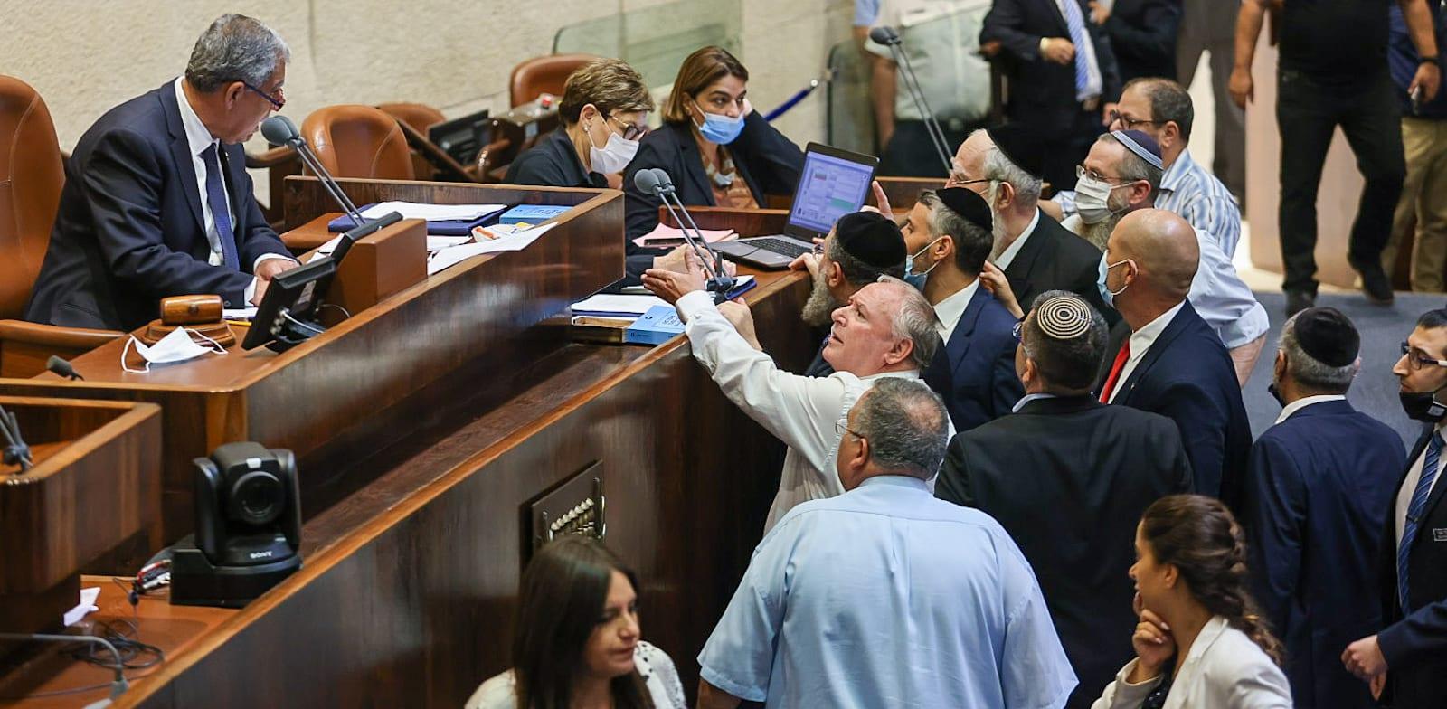 """הפלת חוק האזרחות ע""""י האופוזיציה, הלילה / צילום: נועם מושקוביץ, דוברות הכנסת"""