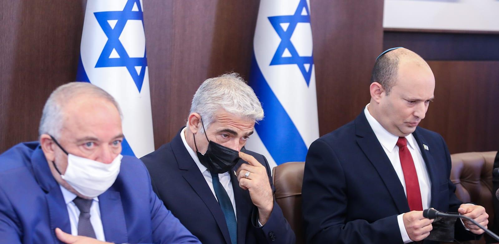 ראש הממשלה בנט, ראש הממשלה החליפי לפיד, ושר האוצר / צילום: מארק ישראל סלם - הג'רוזלם פוסט