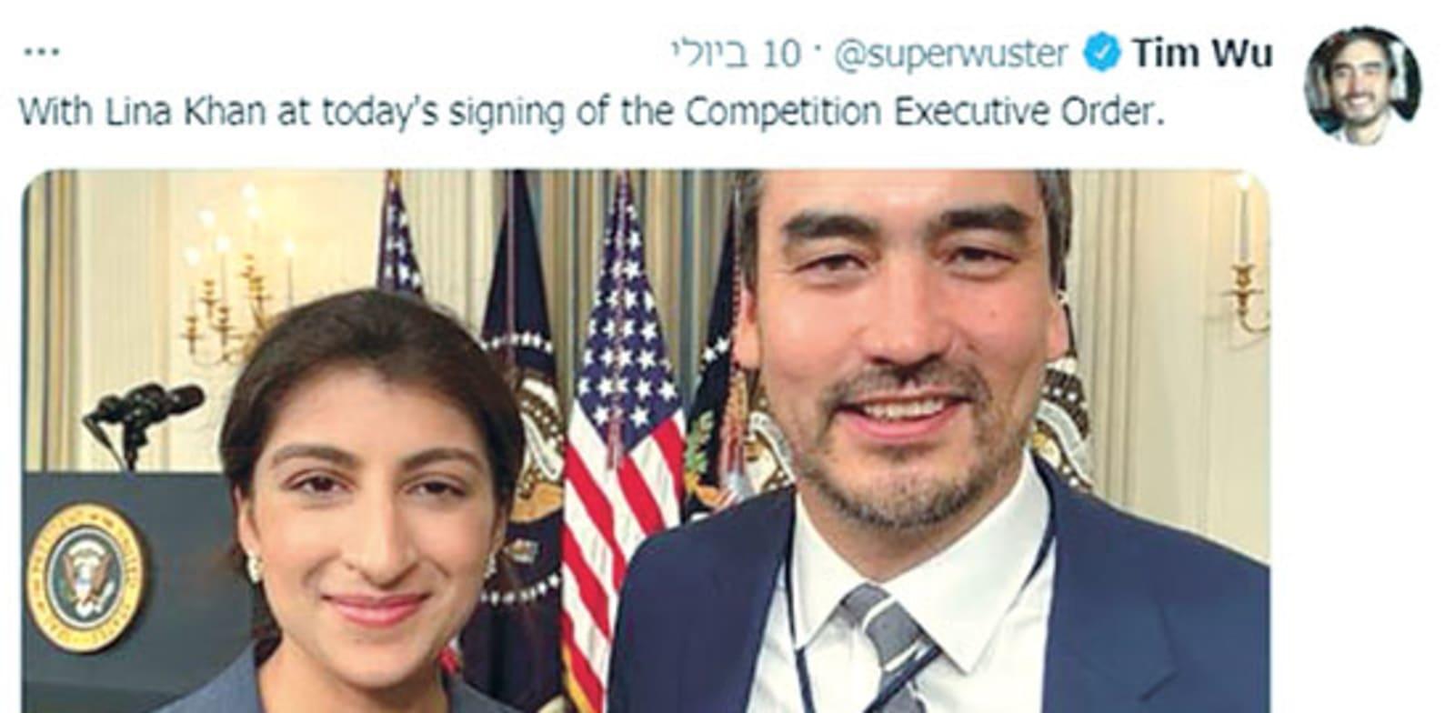 """סלפי של היועץ המיוחד של הנשיא לתחרות וטכנולוגיה, טים וו, ויו""""ר ה־FTC, לינה קאן, בטקס החתימה על הצו הנשיאותי"""