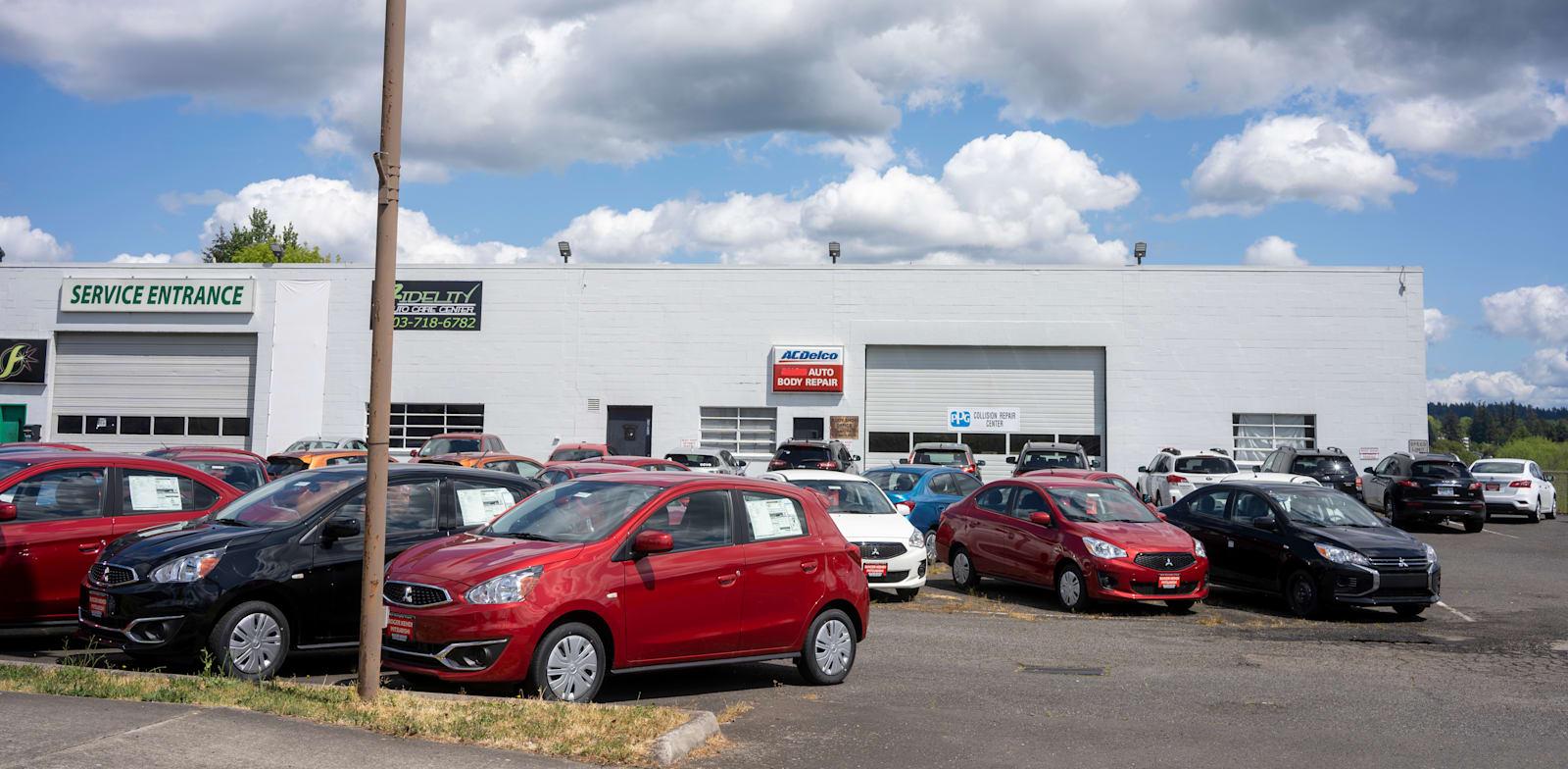 """מגרש מכירה של רכבים בארה""""ב / צילום: Shutterstock, Tada Images"""