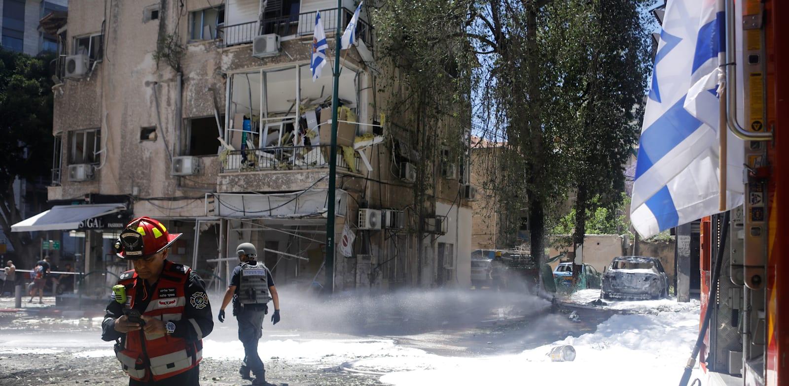 פגיעה של טיל מעזה ברמת גן במהלך מבצע שומר החומות / צילום: Reuters, NIR ELIAS