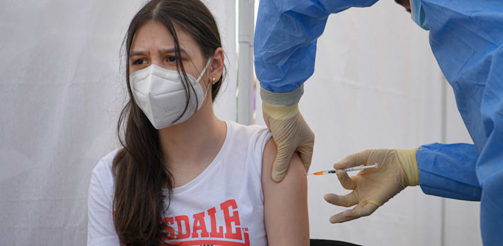 בני נוער מתחסנים נגד קורונה / צילום: Associated Press, Andreea Alexandru
