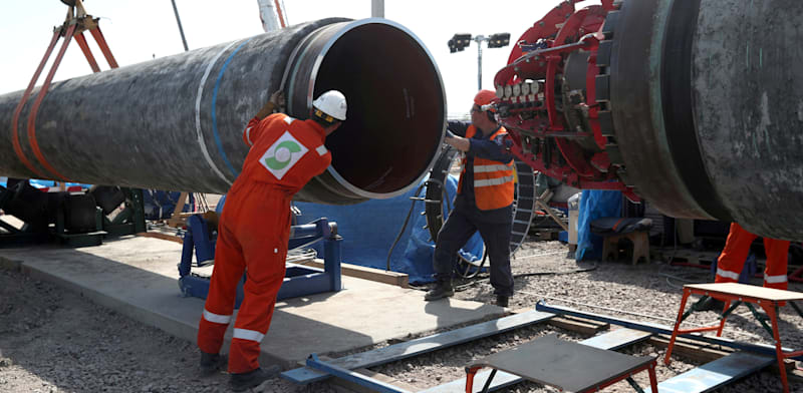 פועלים עובדים על צינור הנפט נורד סטרים 2 ב-2019 / צילום: Reuters, Anton Vaganov