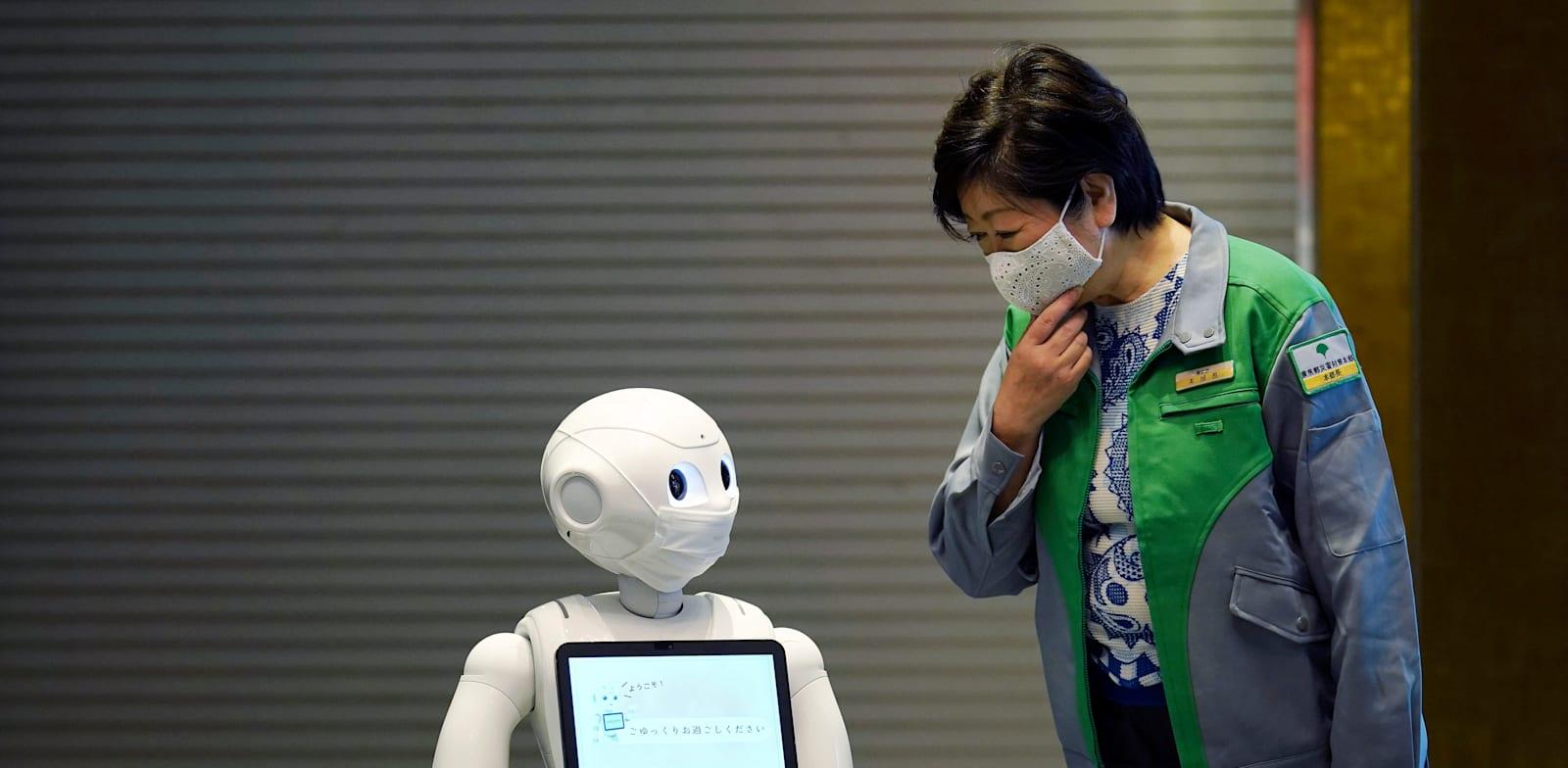 הרובוט פפר עוזר במלון קורונה ביפן / צילום: Associated Press, Eugene Hoshiko