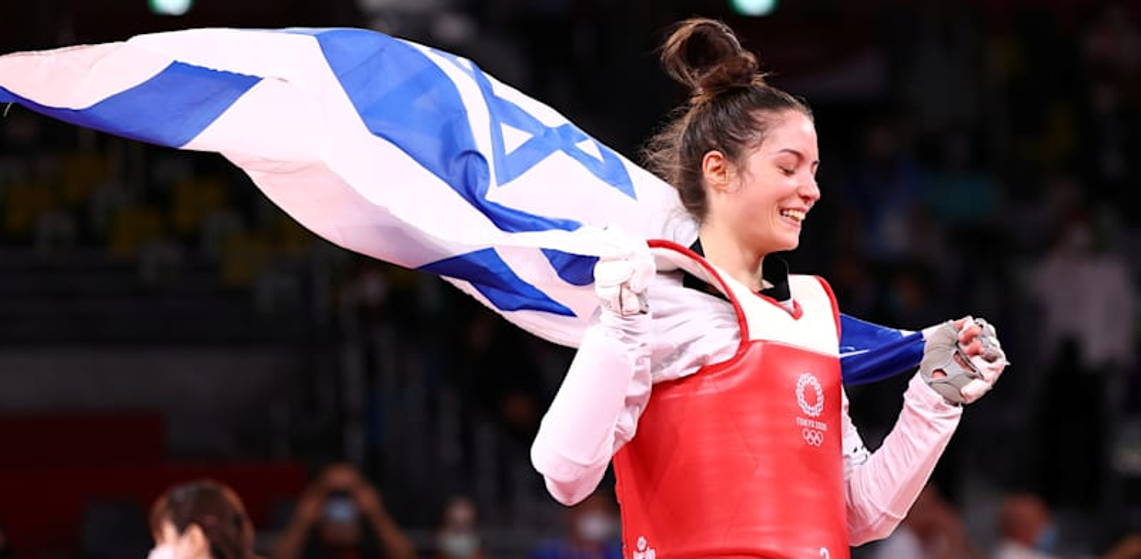 אבישג סמברג עם דגל ישראל לאחר שזכתה במדליית הארד / צילום: Reuters, Murad Sezer