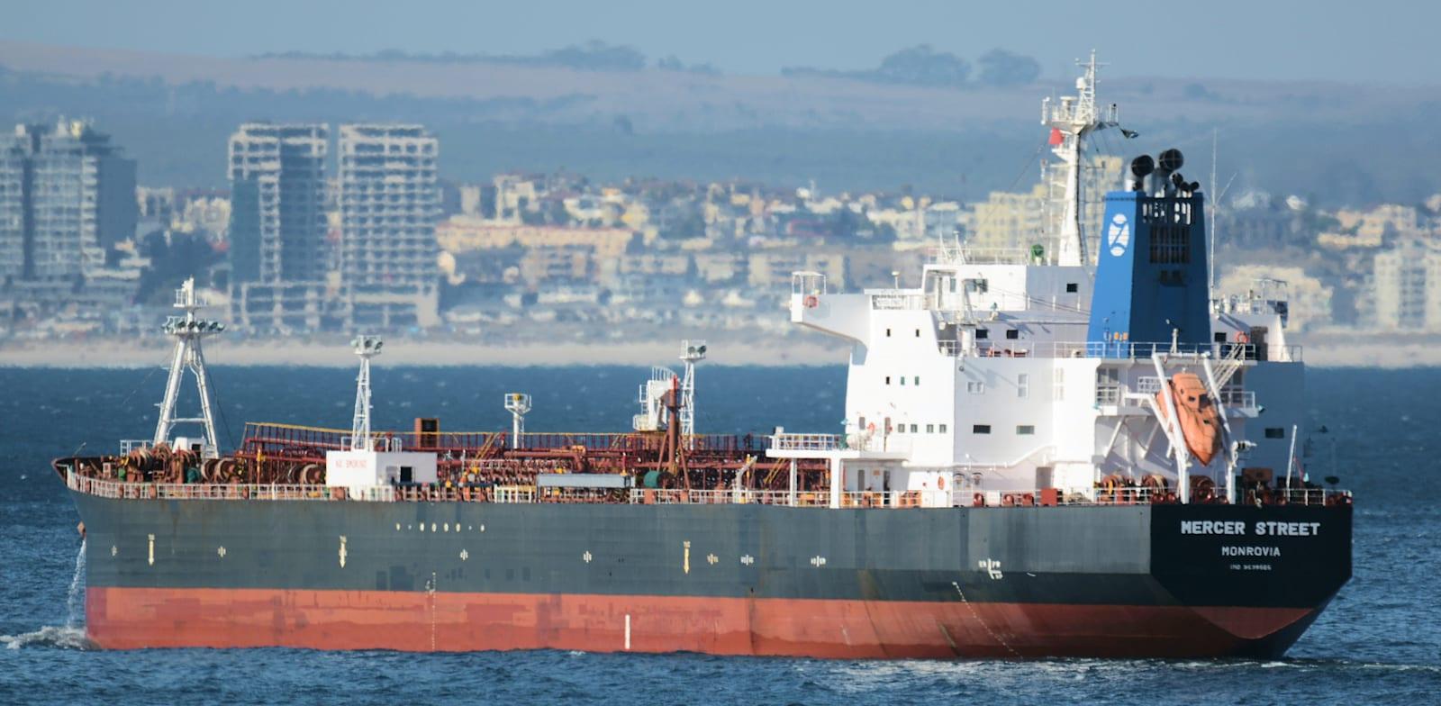מיכלית הנפט Mercer Street, שהותקפה ביום שישי האחרון / צילום: Associated Press, Johan Victor