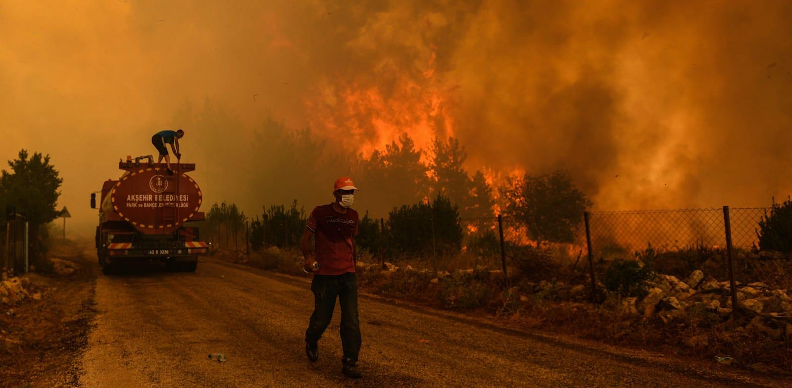 שריפת ענק ליד כפר שנמצא בסמיכות לעיר הטורקית מנבגט / צילום: Associated Press