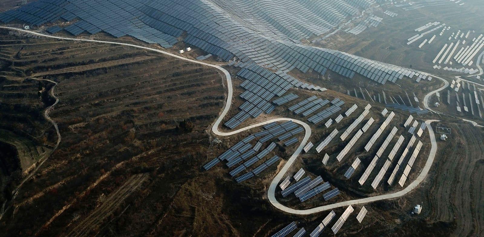 שדה סולארי במחוז שאנקסי שבמרכז סין / צילום: Associated Press, Sam McNeil